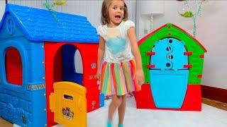 Катя и Макс играют с игровыми домиками для детей!