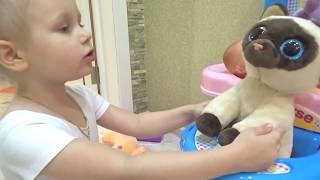 Алиса и котёнок Резиночка  Алиса ухаживает за котенком