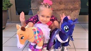 Алиса показывает своих лошадок WorkShop! Нам дали две игрушки с одним Хеппи Мил!