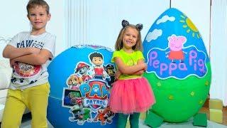 Дети не поделили игрушки Свинки и Щенячего Патруля в огромных яйцах