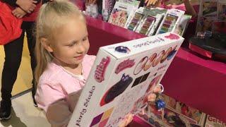 Алиса пришла в КЛАССНЫЙ  Магазин с Игрушками для детей