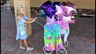 Алиса играет с куклой как мама.