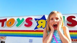 Играем в Прятки в магазине игрушек