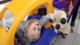 Алиса и котёнок в магазине  Прогулка на детской площадке Развлечение для детей Entertainment